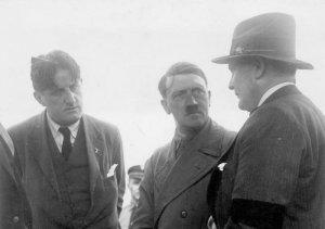 """""""Putzi"""" (po lewej) odpowiadał za kontakty Adolfa Hitlera z zagranicznymi mediami."""