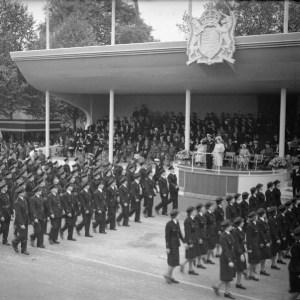 Król Jerzy VI pozdrawia uczestników Parady Zwycięstwa. Zabrakło wśród nich Polaków.