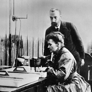 Maria i Piotr Curie pracowali nad wyodrębnieniem radu przez kilka lat