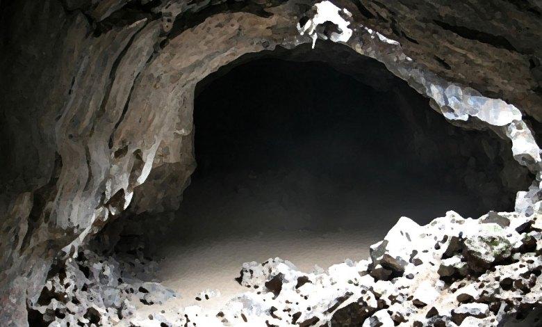 Imagem do podcast TESTE 7 do RPG Next - entrada sombria de uma caverna