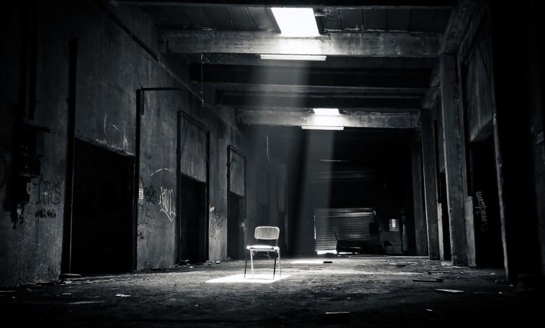 Imagem para ambientar o texto com um corredor escuro.