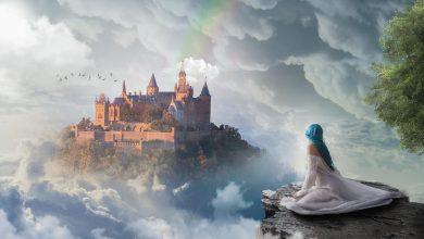 A imagem possui uma elfa com cabelos azuis em destaque, olhando mais ao fundo uma cidade nas nuvens.