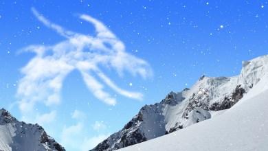 Cabeçalho do texto, há montanhas com neve e nuvens no formato do pescoço de um dragão