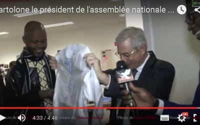 Bartolone, président de l'assemblée nationale française chante « Mali Pissanci » avec un boubou Bazin dans la main