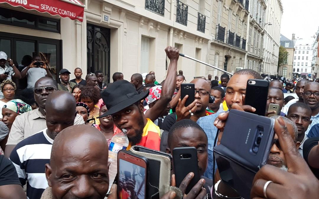 Le consulat du Mali à Paris occupé par des maliens contre l'investiture de IBK