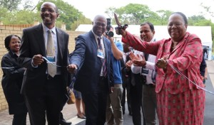 Minister Naledi Pandor knip die lint