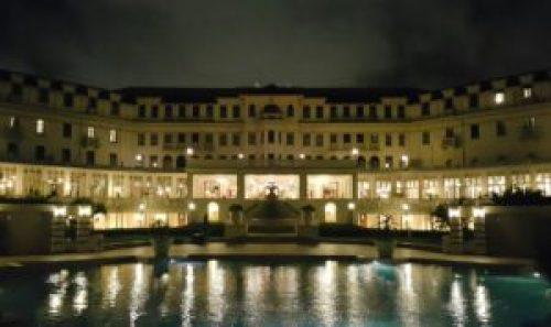Die grand dame van Maputo, die Polana Hotel afge-ets teen 'n skemer agtergrond.