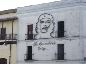 Een van die groot helde, Che Guevara, word in verskeie dorpies vereer vir die bevrydingsrol wat hy tydens die 1959 rewolusie gespeel het. Die fliek, The Motorcycle Diaries, gaan oor sy reis na Kuba. Ernesto Guevara, oorspronklik van Argentinie, het as 23-jarige met sy vriend Alberto Granado per motorfiets deur o.a Kuba gereis en onder die indruk van die ongelykhede in die Kubaanse gemeenskap gekom. Hy word later 'n internasionale ikoon as revolusionere, Marxistiese guerrilla-bevelvoerder onder die naam Che Guevara.