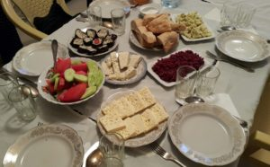 So lyk n tipiese middagmaal in Georgië. Van die belangrikste items, is bood, kaas en n verskeidenheid vars groente