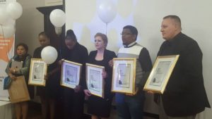 Van links is Krivani Pillay, Busi Ntuli, Thandeka Gqubele, Suna Venter, Lukhanyo Calata en Jacques Steenkamp.
