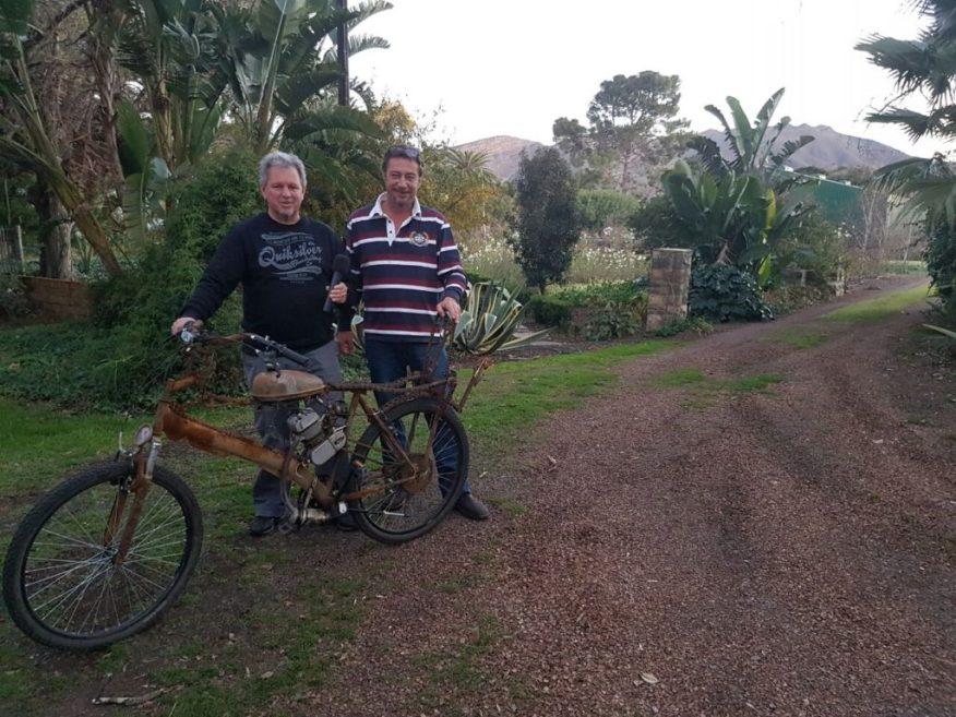 Johan Rademan gesels met Fred Viljoen, wynmaker van Viljoensdrift oor sy kreatiewe skepping vir Afrikaburn – 'n Selfgeboude en gesweisde motorfietsie.