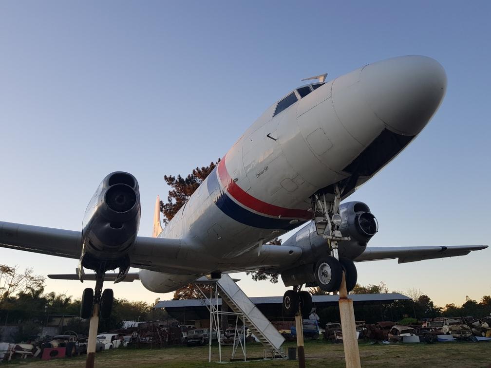 Wat maak die vliegtuig op pale langs die N1?
