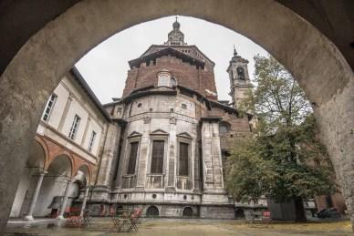Cortile interno del Broletto vista Duomo