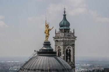 Statua di S. Alessandro ( patrono di Bergamo) sulla cupola del Duomo e campanile del Duomo