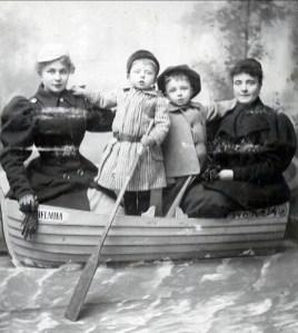 1895, Cornelia van Erkel (fille d'Agnes), Frans der Kinderen (FDK), Johan der Kinderen (Onkel) , Marie Philippe