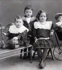 1906, Piet, Gerard et Johanna van Erkel (enfants de Johanna, fille d_Agnes, soeur de Moe)