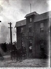 1913, maison bâtie au 17 rue Tamarac, Shawinigan Falls avec boulangerie en bas , Moe au balcon, Arnold à la porte, FDK et Onkel à cheval