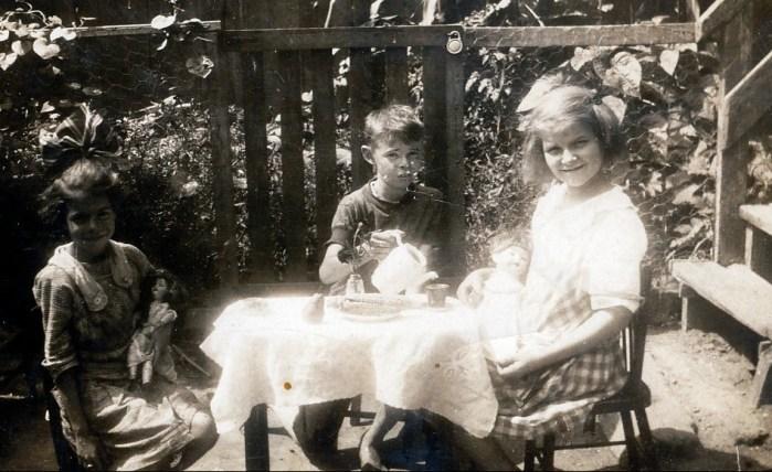 1917 approx Laurette et Albert Thivierge avec amie.