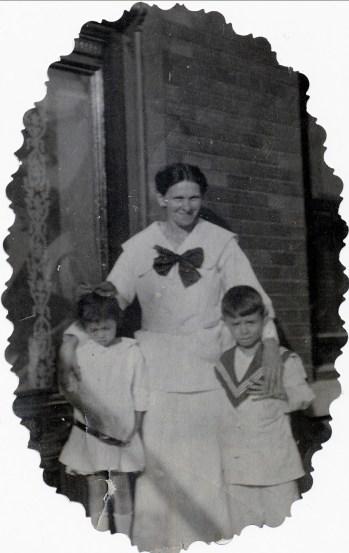 1917, approx Laurette et Albert avec leur mère Helena Rochford