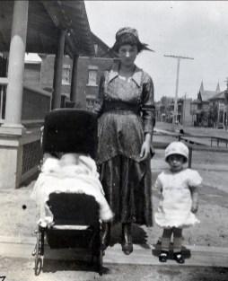 1919, Henriette, sa mère Germaine de Kinder et Jeanne av. Champlain, Shawinigan