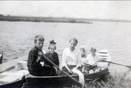 1919 approx Ami, Laurette et Antoinette Bergeron, Laurette et Albert Thivierge