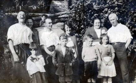 1920, Horace Thivierge avec Helena, Joe Rochford, Lizzie, Aunt Christina (Tina) Rochford, Tom Hogan; rangée avant - Laurette, Albert, Jimmy Hughes et Eileenn Hogan