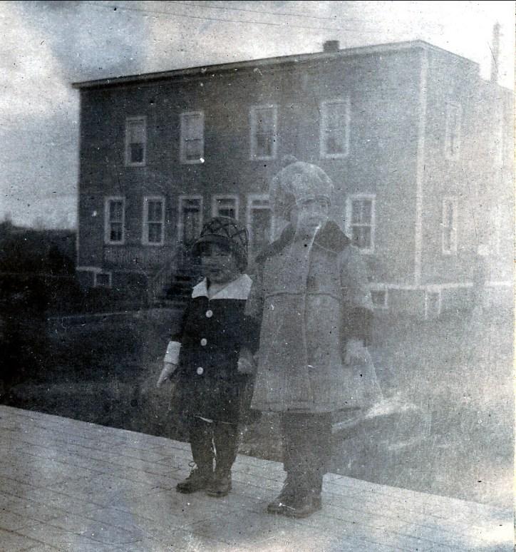 1921, 59 av. des Cèdres - Henriette et Jeanne