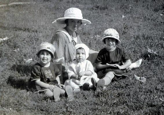 1922, Henriette, Gaby et Jeanne de Kinder avec leur mère Germaine