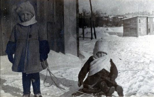 1922, Jeanne et Henriette de Kinder - poulailler à l_arrière