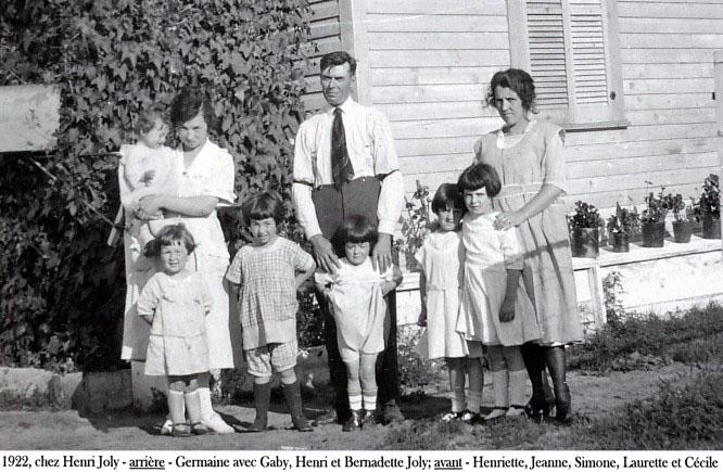 1922, chez Henri Joly - arrière - Germaine avec Gaby, Henri et Bernadette Joly; avant - Henriette, Jeanne, Simone, Laurette et Cécile copie