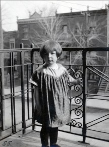 1923, Henriette de Kinder au balcon du 2514 rue Esplanade