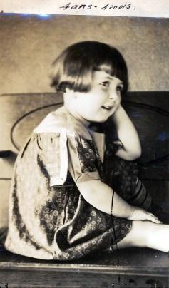 1923, Henriette avec robe faite par sa mère