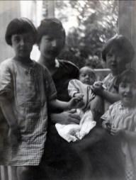 1923, Jeanne, Germaine avec Louis, Henriette et Gaby de Kinder