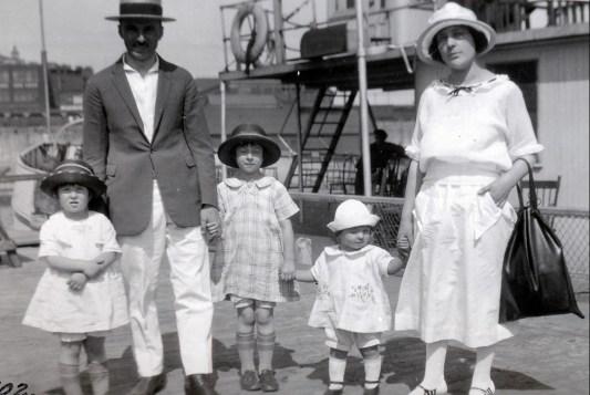 1923, bateau île Ste-Hélène - Henriette, François, Jeanne, Gaby de Kinder et mlle Magnan