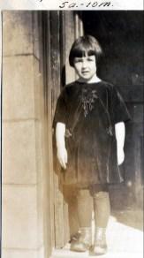 1924, 25 janvier. Henriette de Kinder devant la résidence de Moe, 2483 rue Waverly