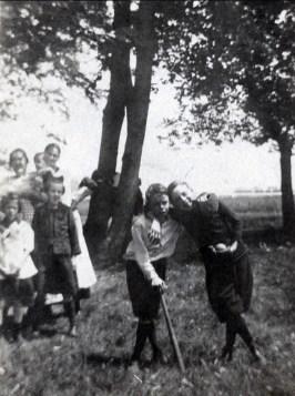 1924, Albert Thivierge au batte, Laurette Thivierge et Laurette Bergeron en avant à gauche