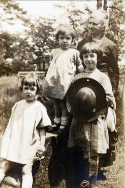 1924, Henriette, Gaby et Jeanne avec leur grand-mère Moe sur le Mont-Royal