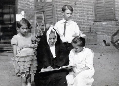 1924, Laurette Thivierge, Antoinette Bergeron (déguisée), Albert Thivierge et Laurette Bergeron