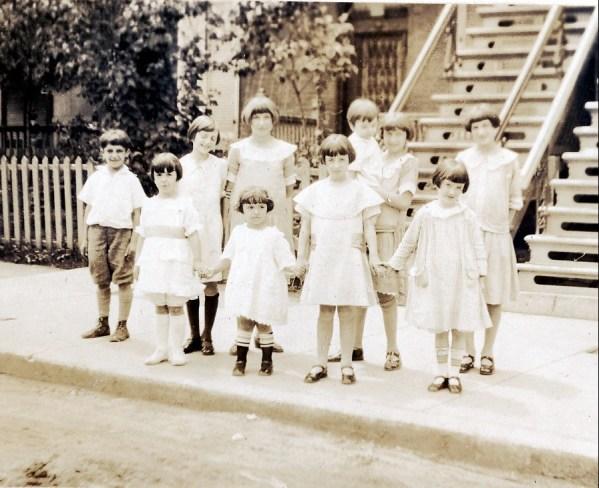 1925, 2386 St-Urbain (devenu 5622) avec les enfants du propriétaire M. Katz et amis