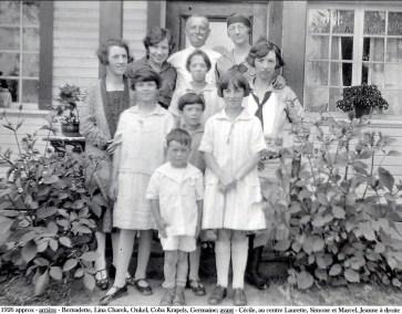 1926 approx - Arrière - Bernadette, Lina Charek, inconnu, inconnue, Germaine; avant - au centre Laurette, Simone et Marcel, Jeanne à droite