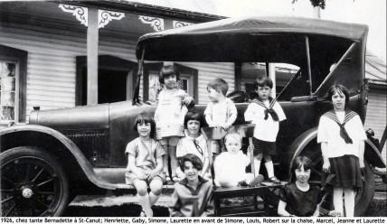1926, chez tante Bernadette à St-Canut - Henriette, Gaby, Simone, Laurette, Louis, Robert sur la chaise, Marcel, Jeanne et Laurette copie