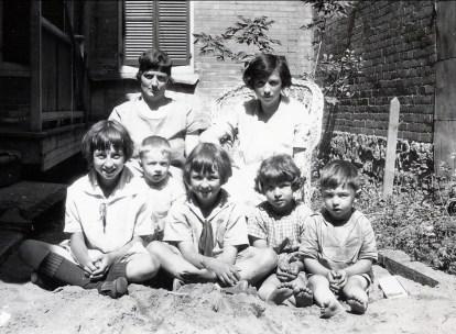 1927, Miss Alida Daudt et Germaine avec Jeanne, Robert, Henriette, Gaby et Louis