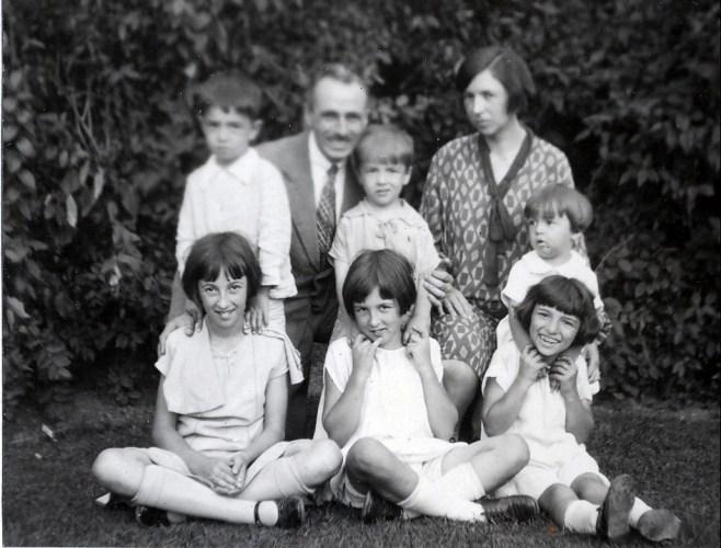1928, 2 septembre 1e Jeanne, Henriette, Gaby, 2e Louis, François, Robert, Germaine et Maurice de Kinder