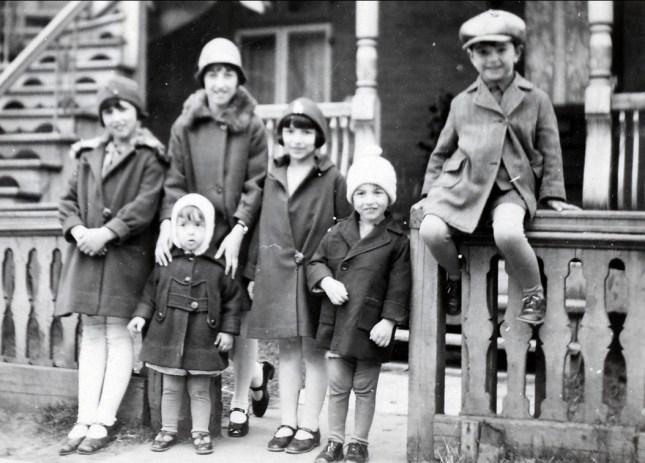 1928, Henriette, Jeanne avec Maurice, Gaby, Robert et Louis de Kinder