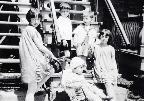 1928, Jeanne, avec Maurice en poussette, Louis Robert et Henriette