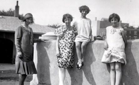 1930, Germaine, Jeanne, Gaby et Henriette à Outremont