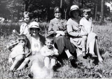 1931, Miss Alida avec Louis, Robert et Gaby derrière, Moe, Germaine avec Maurice sur le Mont-Royal