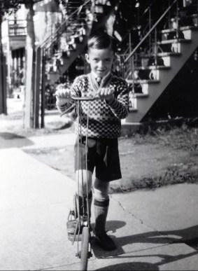 1932, Maurice de Kinder avec une trottinnette cadeau de Theo Kemper