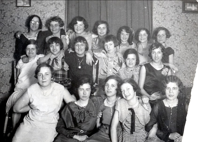 1933, Henriette fêtée par élèves de sa classe