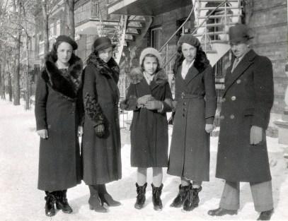 1933, rue St-Urbain Henriette, Germaine, Gaby, Jeanne et François de Kinder